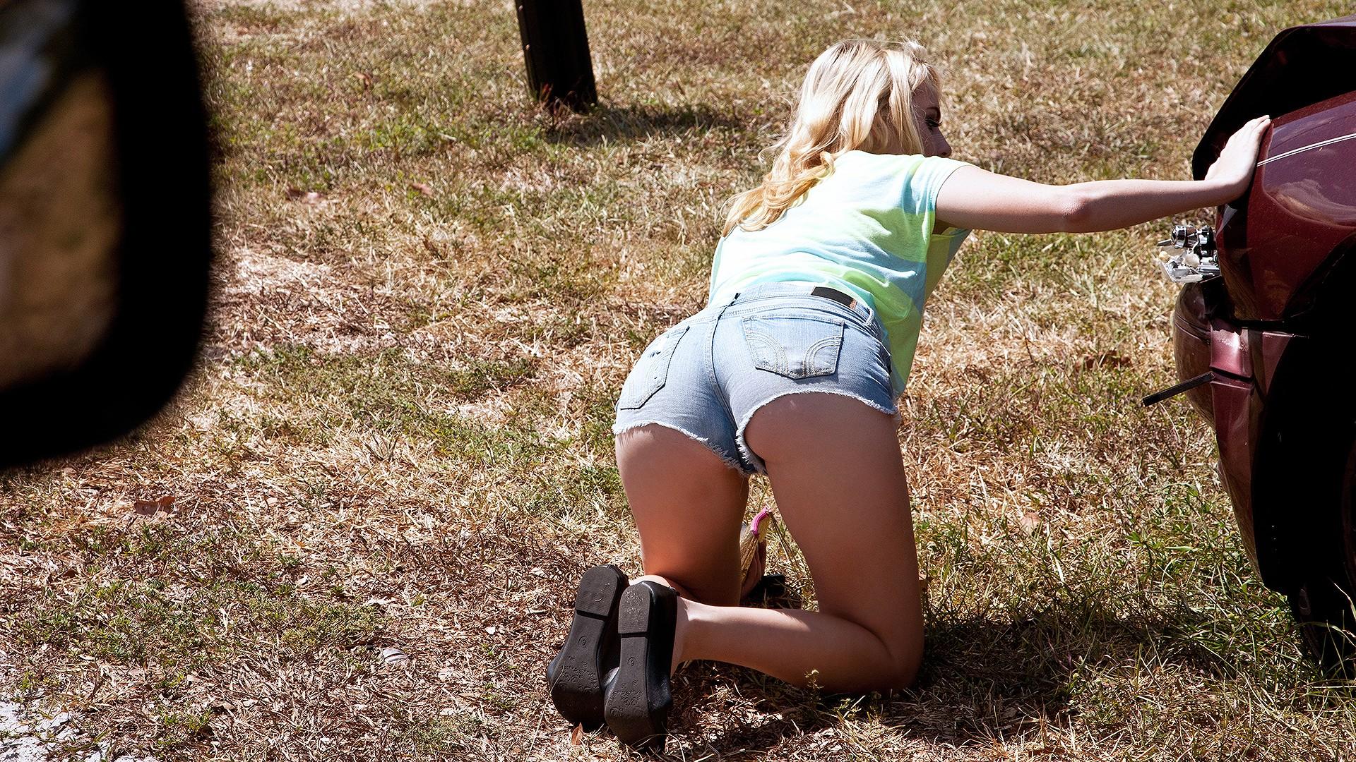 Blonde's Juicy Booty Bounces - Stranded Teens